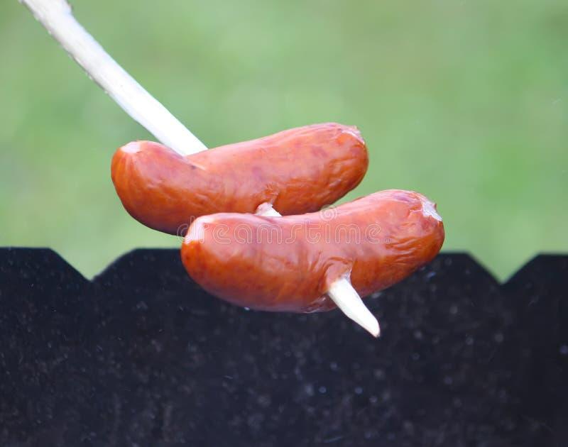 Download Grillade korvar utomhus fotografering för bildbyråer. Bild av utomhus - 78726407