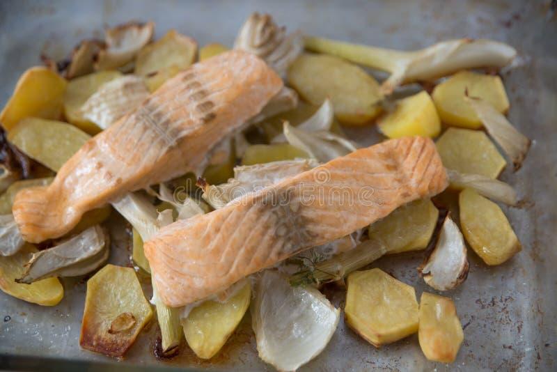 grillade laxgrönsaker royaltyfri bild