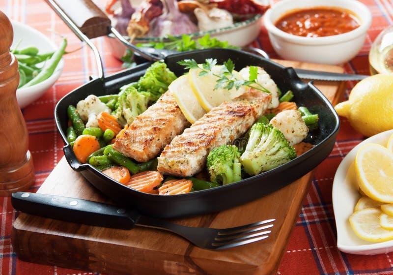 Grillade laxsteak och grönsaker arkivfoton
