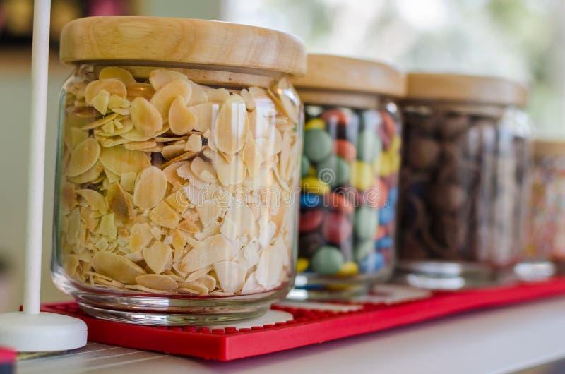 Grillade mandlar som skivas i en glasflaska fotografering för bildbyråer
