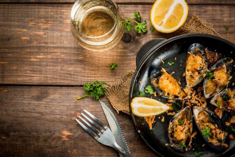 Grillade musslor med ost royaltyfria foton