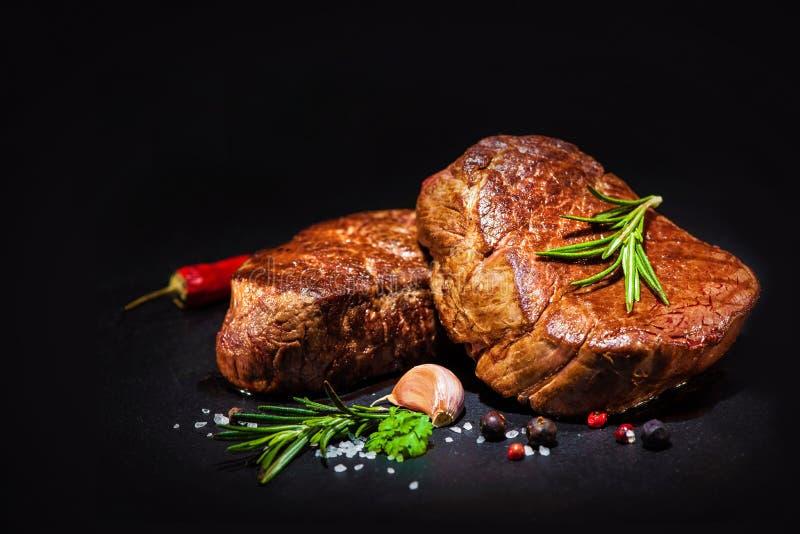 Grillade nötköttfilébiffar med kryddor royaltyfria bilder