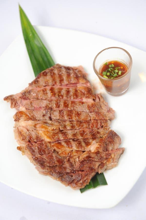 Grillade nötköttsteaks royaltyfria bilder