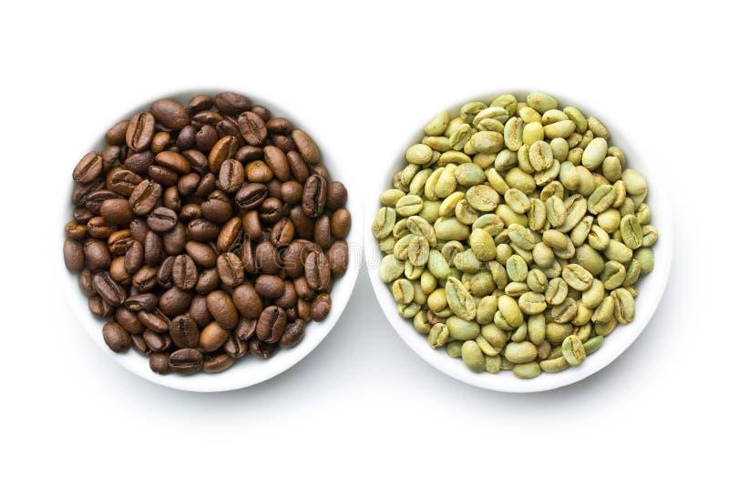 Grillade och unroasted kaffebönor arkivbild