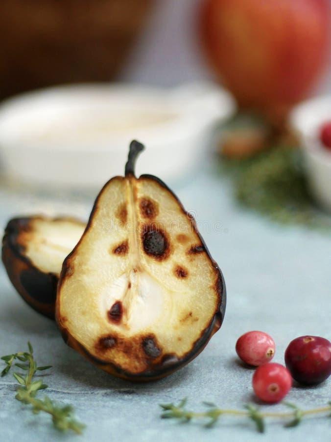 Grillade päron, timjan och tranbär arkivbilder