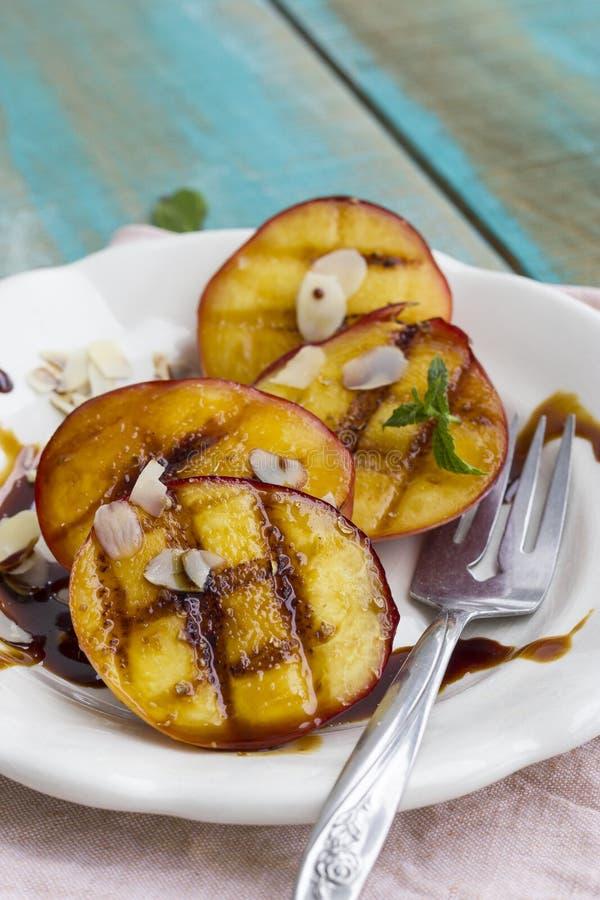 grillade persikor arkivfoto