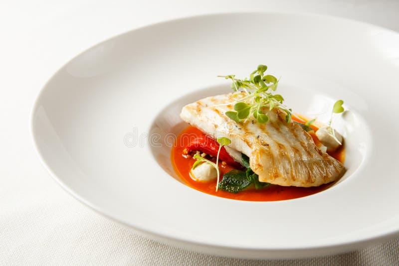 Grillade piggvar, tabouli, sås för söt peppar och sommargrönsaker Vit maträtt royaltyfri fotografi