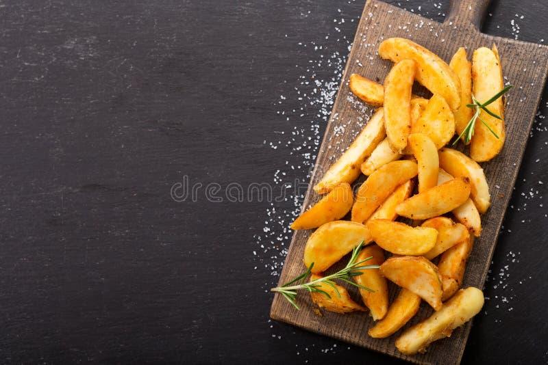 Grillade potatisar med rosmarin, bästa sikt royaltyfri bild