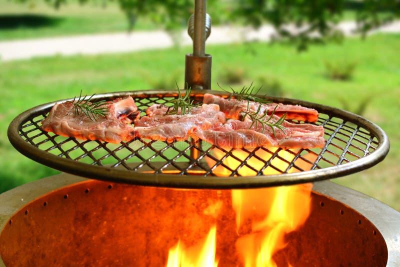 Grillade Rib Steaks med l?kar - en sund keto bantar m?l arkivbild