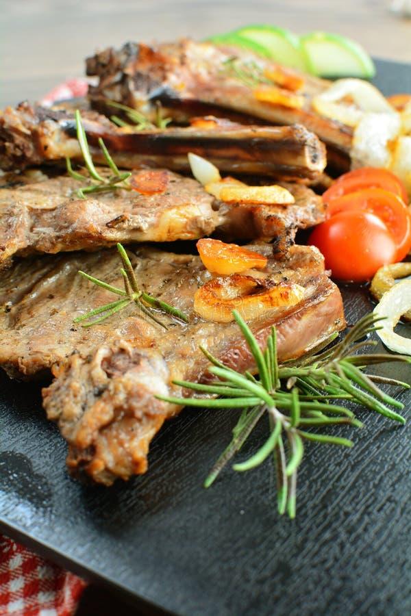 Grillade Rib Steaks med l?kar - en sund keto bantar m?l royaltyfria bilder