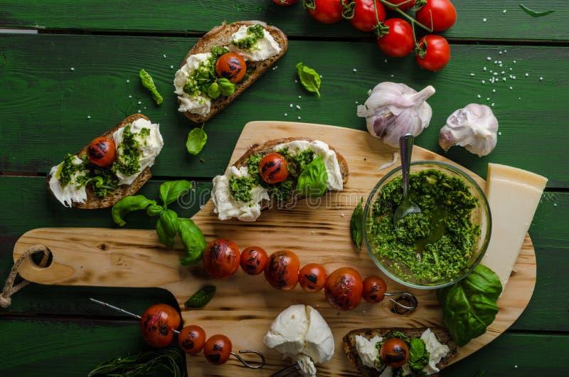 Grillade rostade bröd med pesto fotografering för bildbyråer