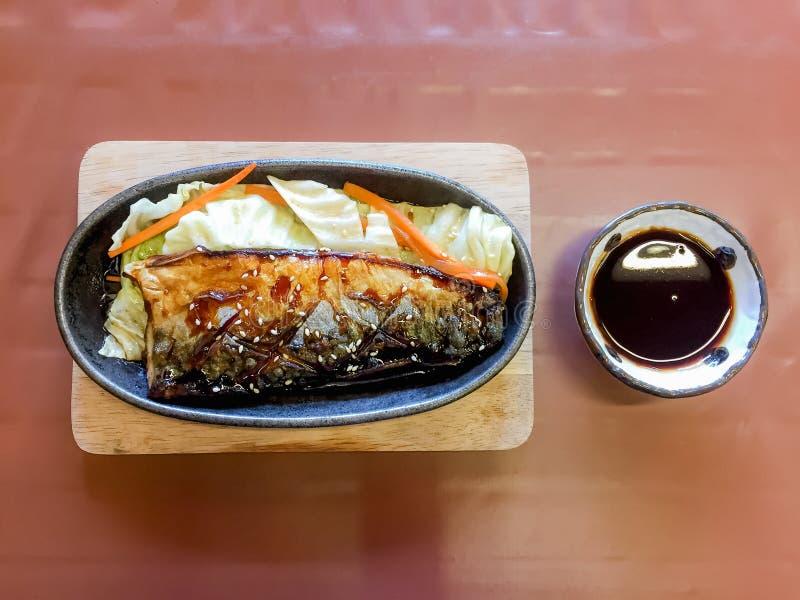 Grillade Saba med ris, gallerfisk med sås, Saba fiskteriya fotografering för bildbyråer