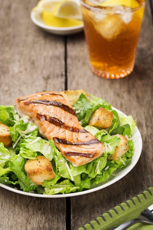 Grillade Salmon Caesar Salad med krutonger royaltyfria foton