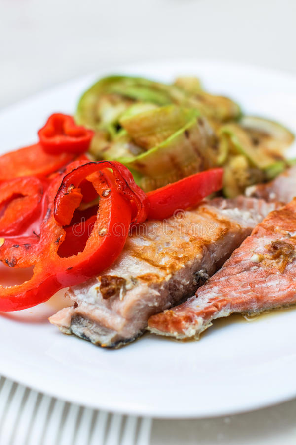 Grillade Salmon And Mixed Vegetable royaltyfria foton