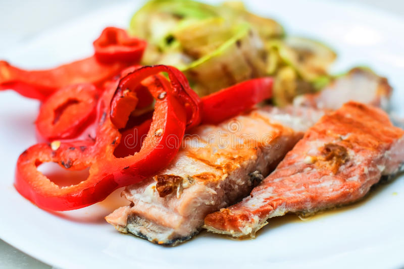 Grillade Salmon And Mixed Vegetable royaltyfria bilder