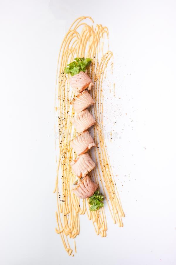 Grillade Salmon Roll, risrulle av den japanska röklaxen arkivbilder