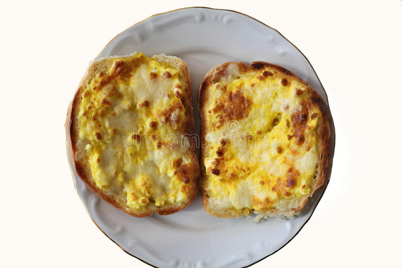 Grillade skivor med ägget och ost royaltyfria bilder
