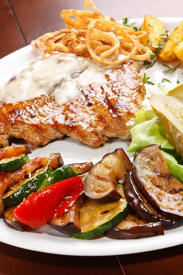 grillade steakgrönsaker arkivbild
