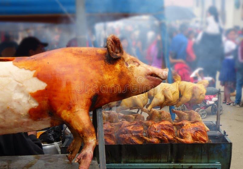 Grillade svin och hönor Traditionell mat i Ecuador royaltyfri foto