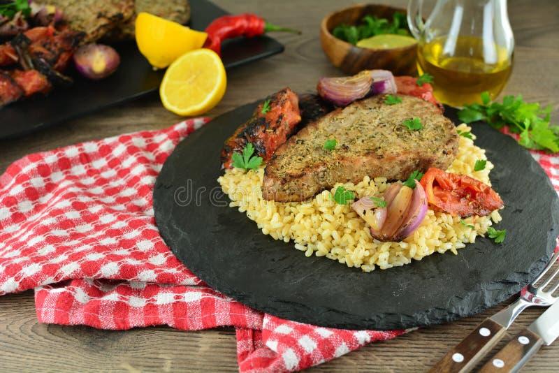Grillade Tuna Steaks med gr?nsaker och r?riers - hel receptf?rberedelse fotografering för bildbyråer