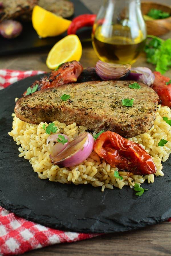 Grillade Tuna Steaks med gr?nsaker och r?riers - hel receptf?rberedelse royaltyfria bilder