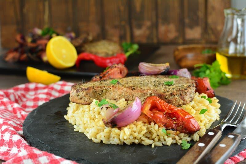 Grillade Tuna Steaks med gr?nsaker och r?riers - hel receptf?rberedelse arkivfoton