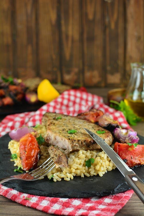 Grillade Tuna Steaks med gr?nsaker och r?riers - hel receptf?rberedelse royaltyfri fotografi