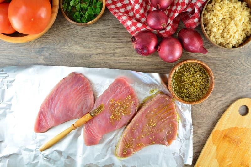 Grillade Tuna Steaks med gr?nsaker och r?riers - hel receptf?rberedelse arkivfoto