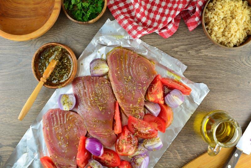 Grillade Tuna Steaks med gr?nsaker och r?riers - hel receptf?rberedelse royaltyfri foto