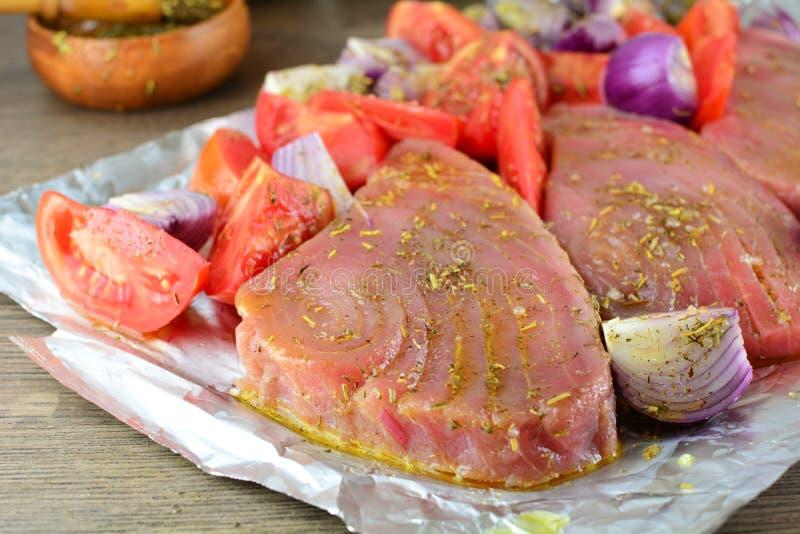 Grillade Tuna Steaks med gr?nsaker och r?riers - hel receptf?rberedelse arkivbild