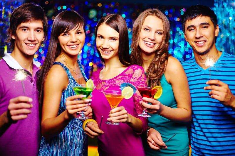 Grillage avec des cocktails photos stock
