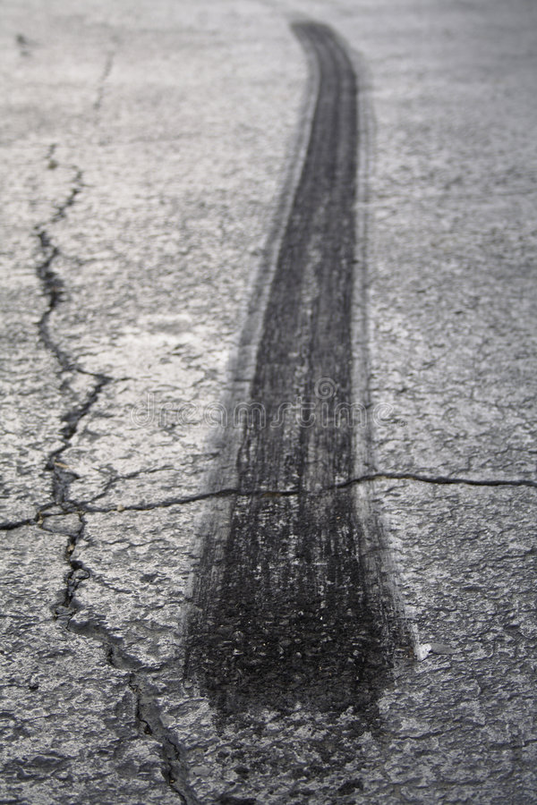 Grillage de pneu sur l'asphalte images stock
