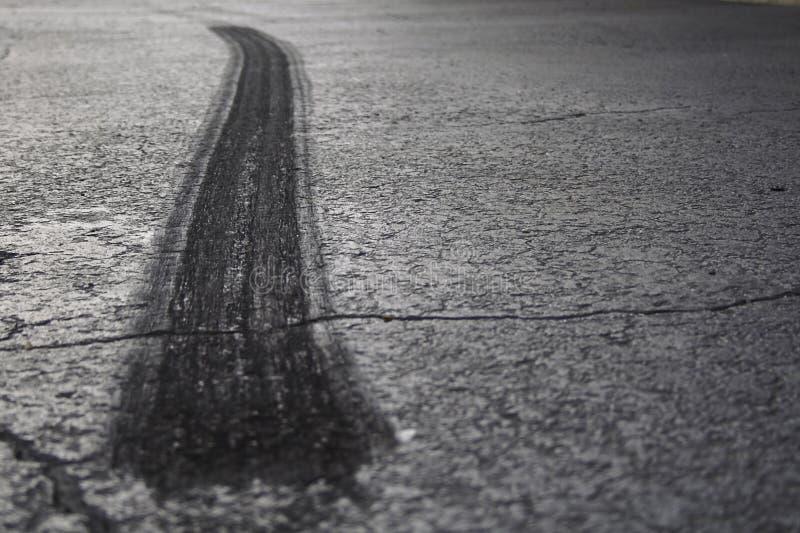 Grillage de pneu sur l'asphalte II photographie stock libre de droits