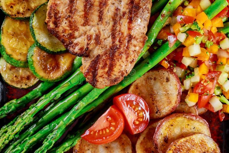 Grillat fegt bröst med potatisar och grönsaker arkivbilder