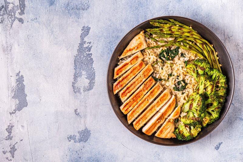 Grillat fegt bröst med råriers, spenat, broccoli som är aspar arkivbilder