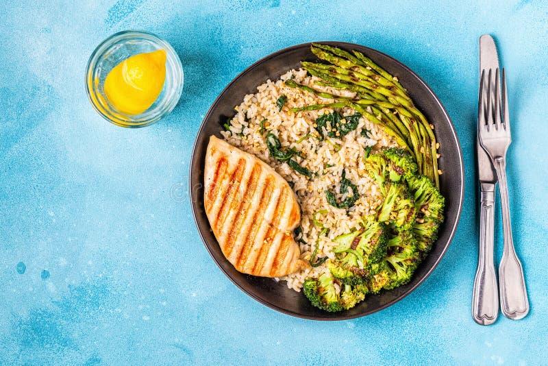 Grillat fegt bröst med råriers, spenat, broccoli som är aspar arkivbild