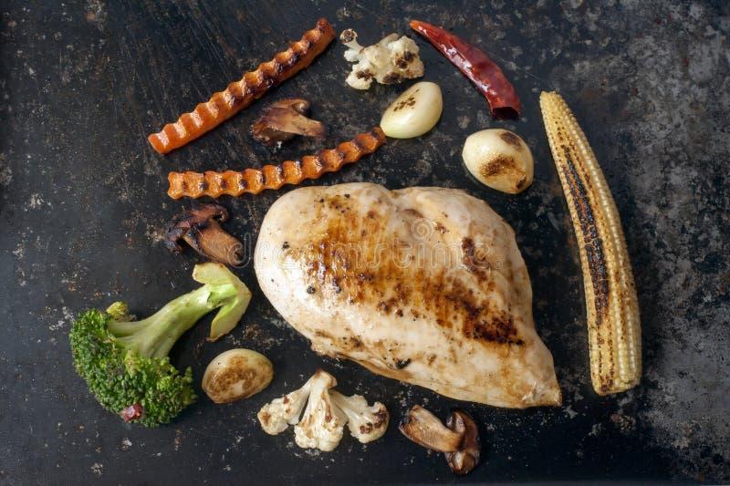grillat fegt bröst och grillade grönsaker arkivfoton
