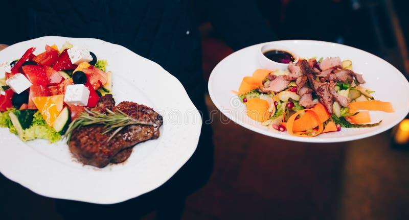 Grillat fegt filékött för uppassaren stänger sig portionen med grönsakgarnering t på restaurangen, upp sikt Äta och fritidbegrepp arkivbild