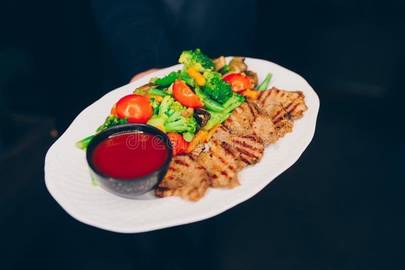 Grillat fegt filékött för uppassaren stänger sig portionen med grönsakgarnering t på restaurangen, upp sikt Äta och fritidbegrepp fotografering för bildbyråer