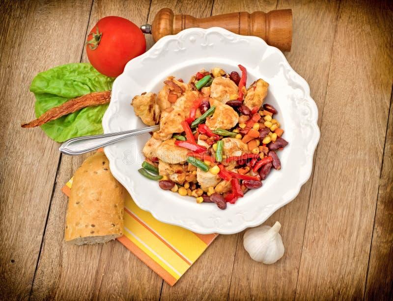 Grillat fegt vitt kött - fegt bröst och grönsaker arkivfoton