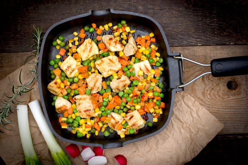 Grillat - grillat fegt kött (fegt bröst) och grönsaker royaltyfri bild