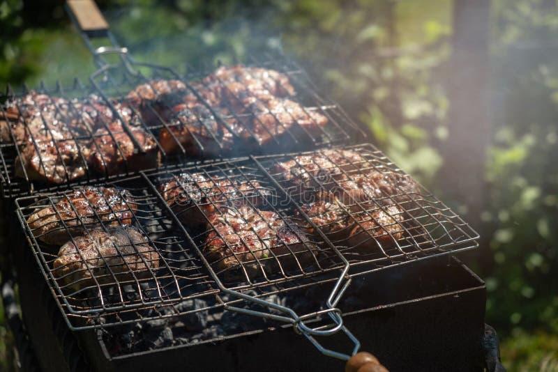 Grillat griskött lagas mat utomhus, sommarpicknicken royaltyfri fotografi
