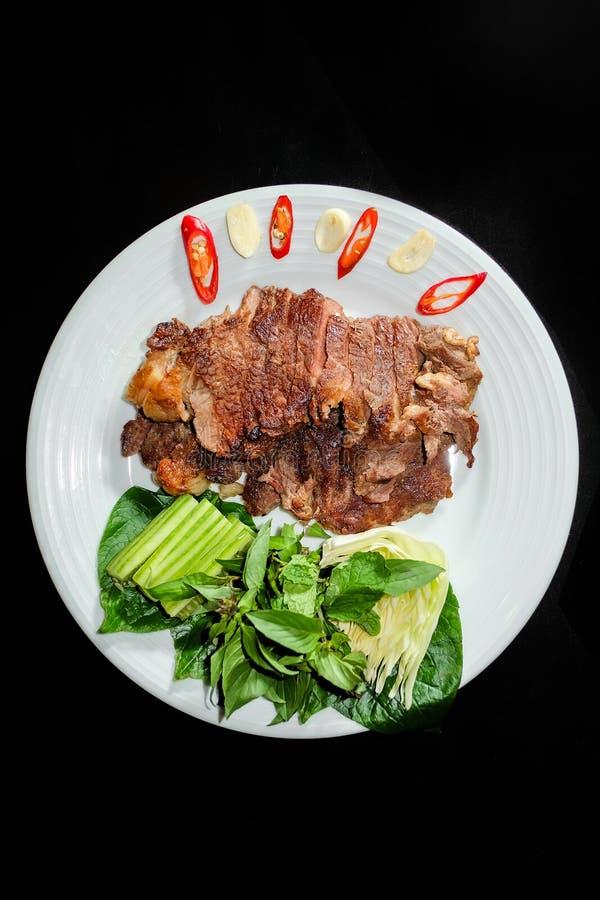 Grillat griskött med grönsaker royaltyfri bild