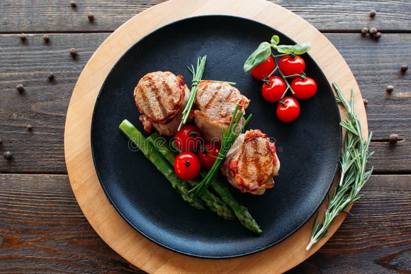 Grillat griskött med organiska grönsaker royaltyfri foto