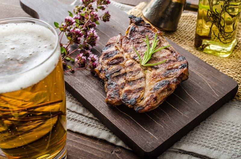 Grillat grisköttkött med öl royaltyfri fotografi