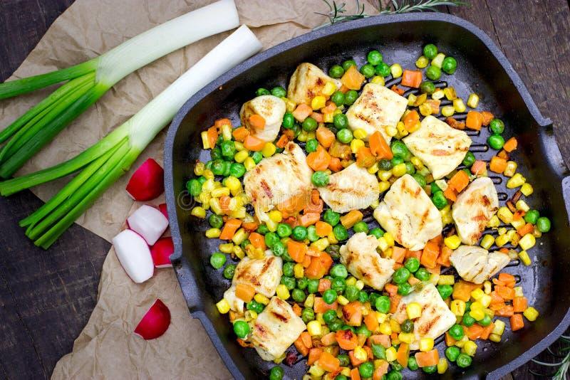 Grillat hönabröst - fegt kött med grönsaken, hemlagat sunt och läckert mål arkivfoto