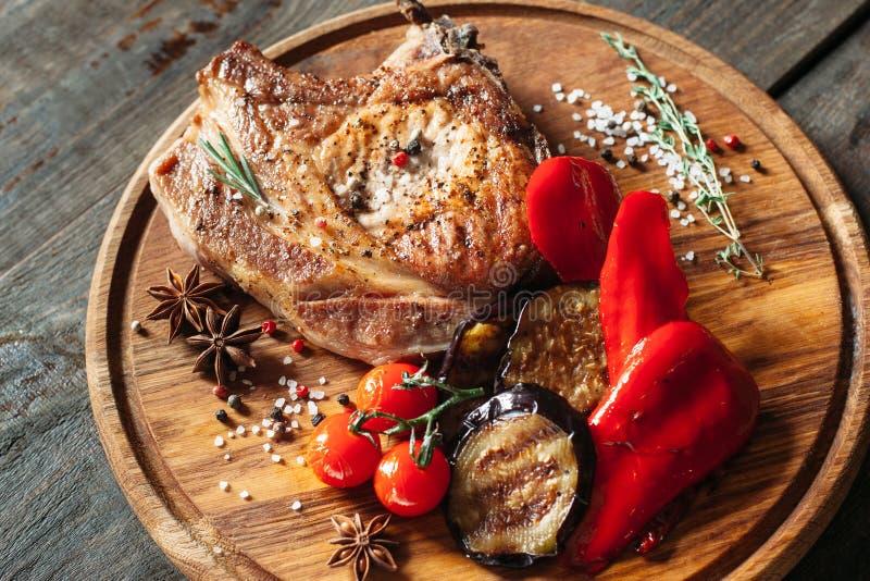 Grillat kött med grönsakcloseupen royaltyfri foto
