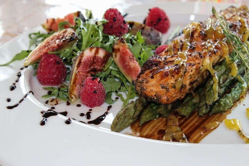 Grillat kött på plattan med grönsaker royaltyfri bild