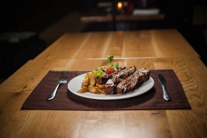 Grillat kalvkött med potatisen arkivbild