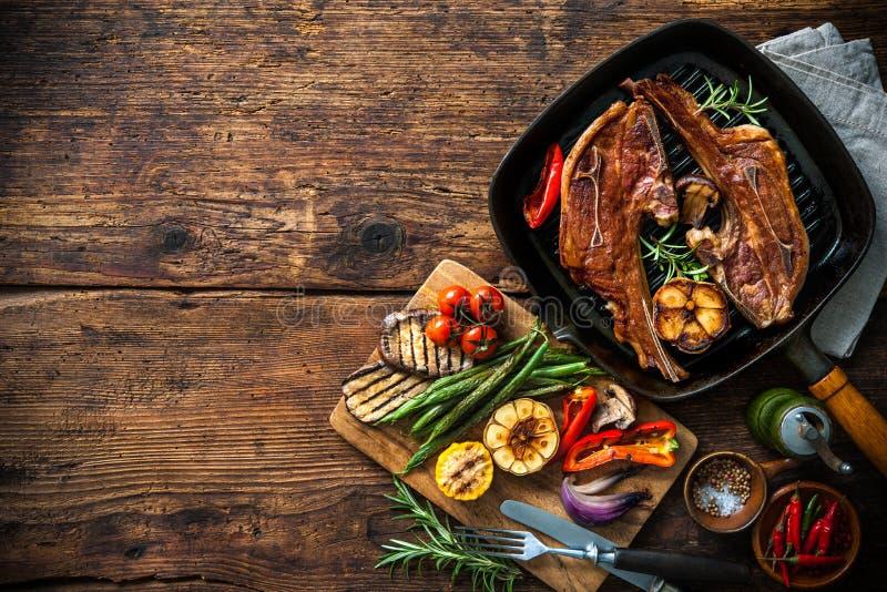 Grillat lammkött med grönsaker på gallerpannan arkivfoto